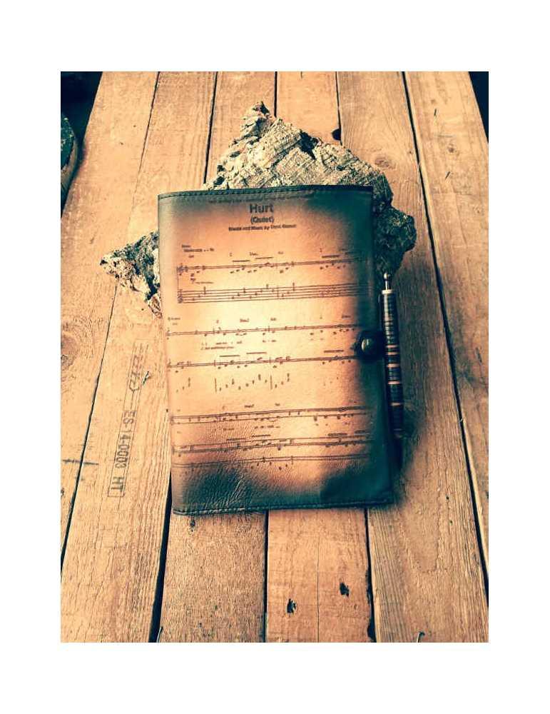 Fundas de cuero para libros  Hieros Leather Funda de cuero para libros, agendas o cuadernos. Diseño Partitura. A6 Funda de cuero